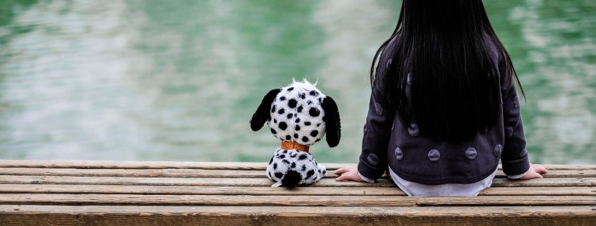 Beitragsbild Mädchen mit Plüschtier auf Parkbank