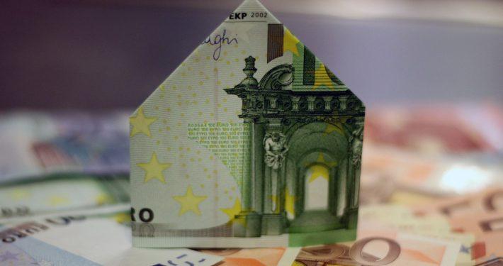 gefaltete Geldscheine zu einem Haus zum Beitrag Mietflat von RW RealWerte GmbH